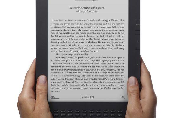 Kindle-DX-graphite-2-Hands.jpg